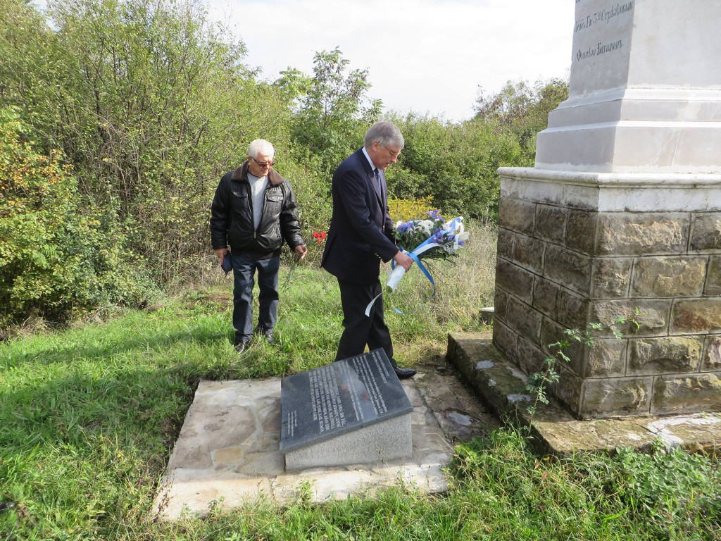 H.E. Mr. Harri Salmi, Ambassador of Finland, and Mr. Todor Yordanov, Mayor of Gorni Dubnik, laid flowers before the monument