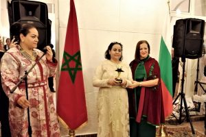 Nadia Yakin, President of th World Moroccan Women Council, gives the award to H.E. Zakia El Midaoui